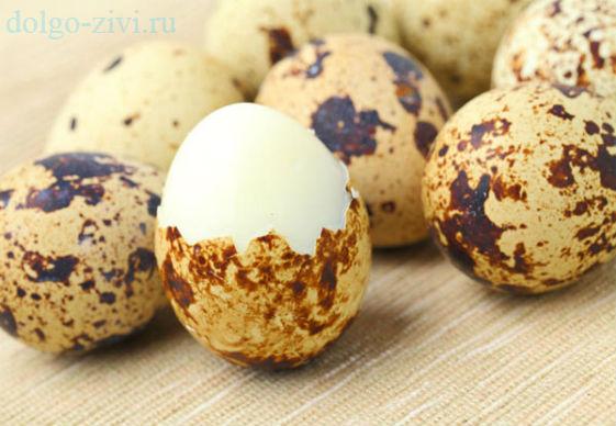 перепелиные яйца на столе