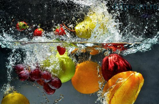 мыть ягоды и фрукты