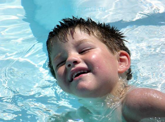 мальчик плавает