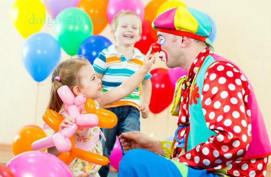 клоун с детьми