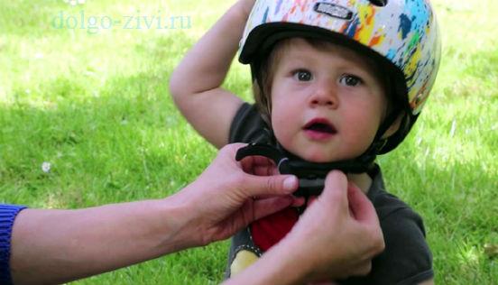 малыш в шлеме