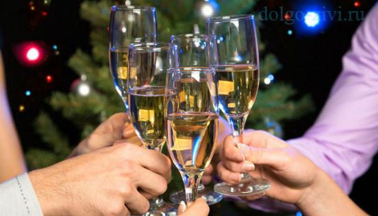 чокаются шампанским