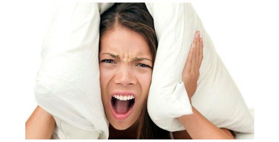 девушка прячется под подушками