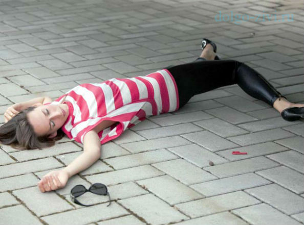 лежащая девушка