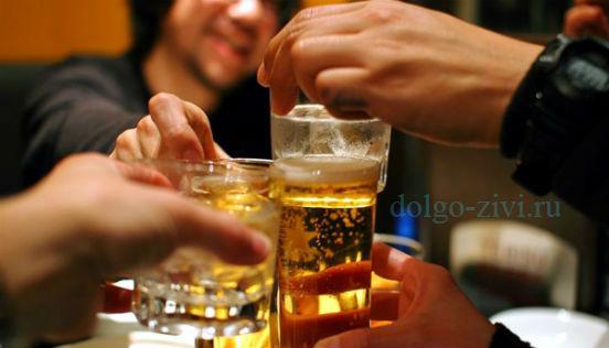 люди выпивают