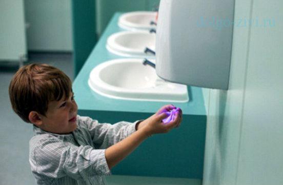 мальчик сушит руки