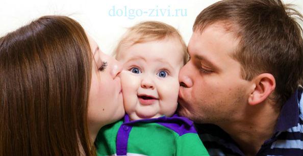 родители целуют ребенка