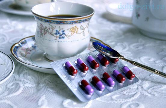 таблетки и чашка