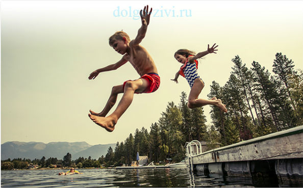 дети прыгают в воду