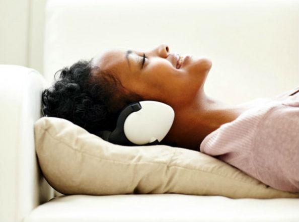пациентка слушает музыку