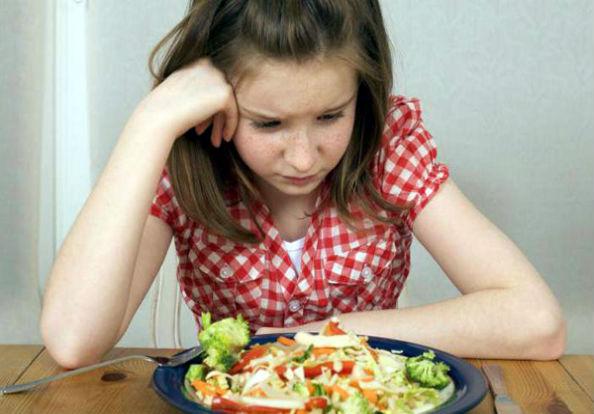 девочка капризничает за обедом