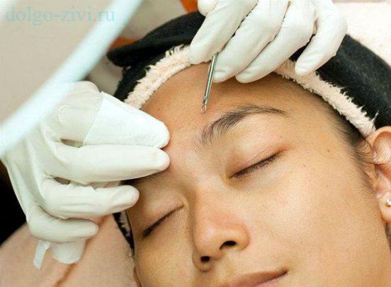 косметолог чистит кожу
