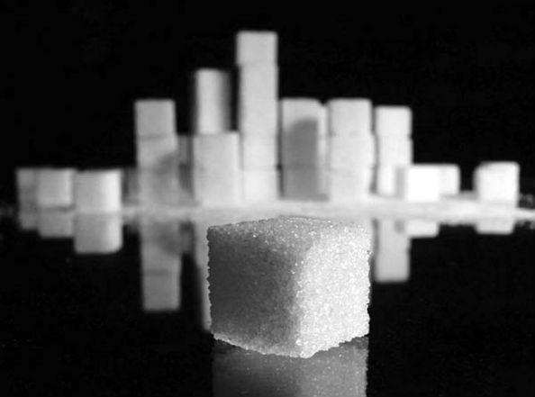 на черном фоне сахар
