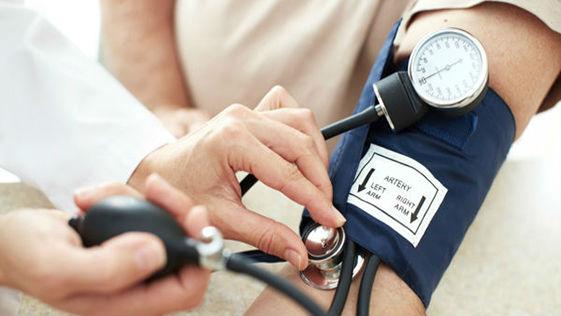 врач контролирует давление