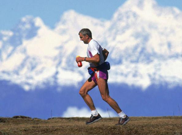 бег на фоне гор