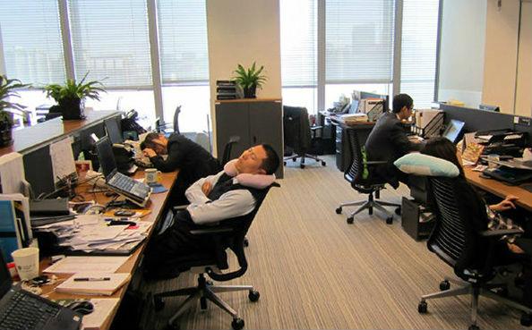 люди спят в офисе