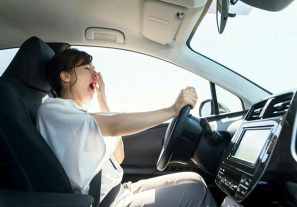 зевающая женщина