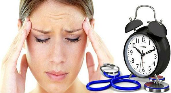 у женщины болит голова из-за давления