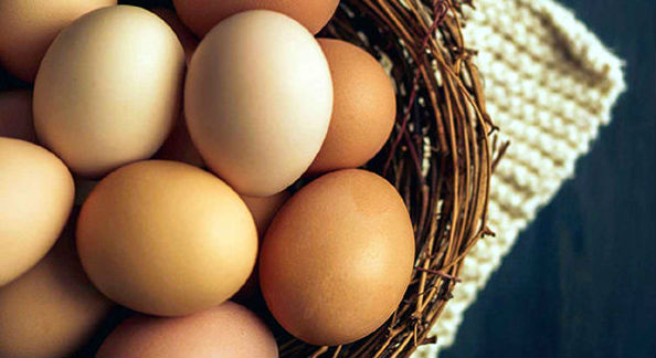 яйца в корзине куриные