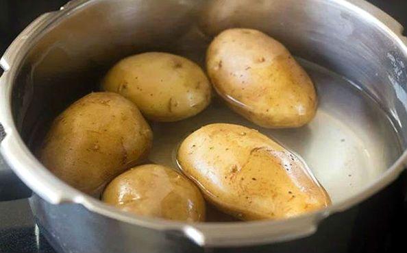 картофелины в кастрюле