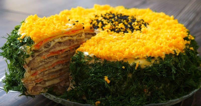 блинный пирог с рыбой и луком