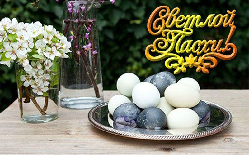красить яйца с каркаде