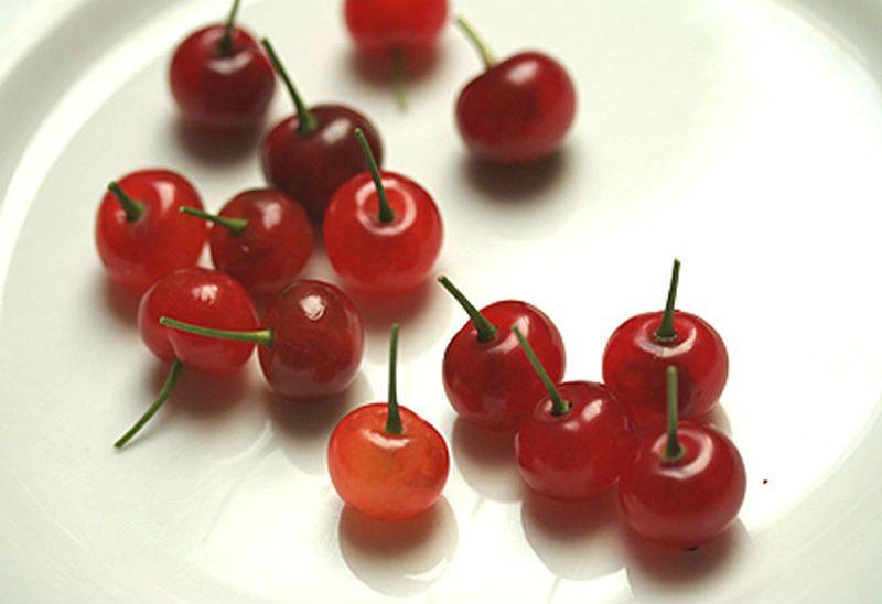 вишни на тарелке