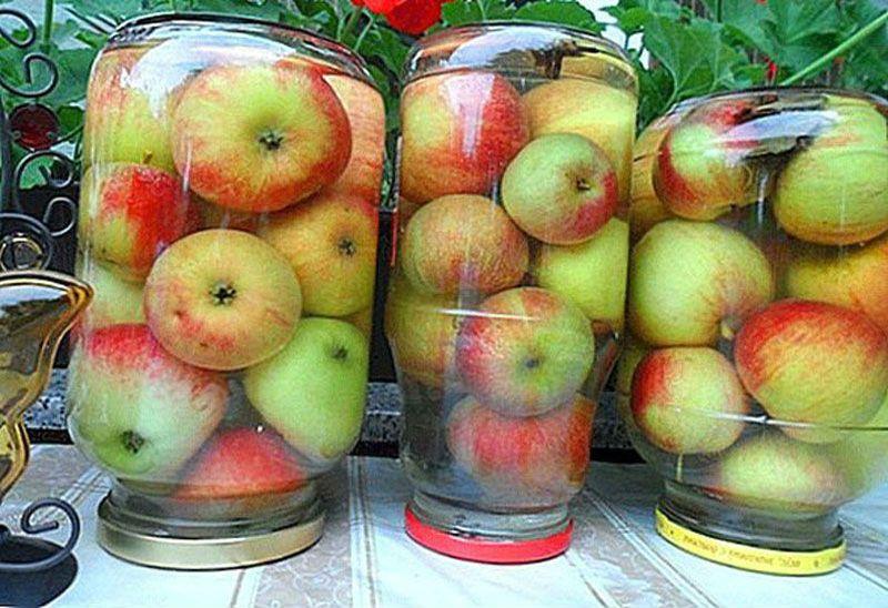 банки с яблочным компотом на крышках