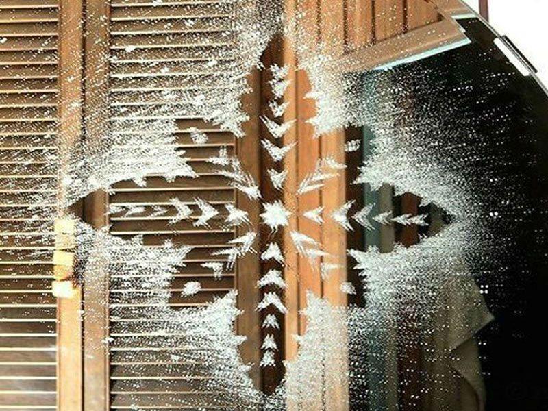 снежинки на окнах с помощью зубной пасты