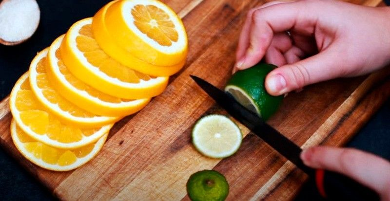 режем мандарины лимон и лаймы