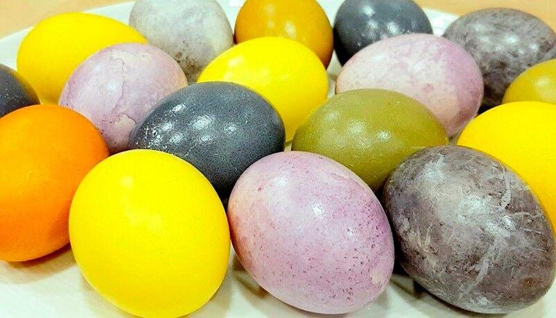покраска на Пасху яиц чаем каркаде и куркумой